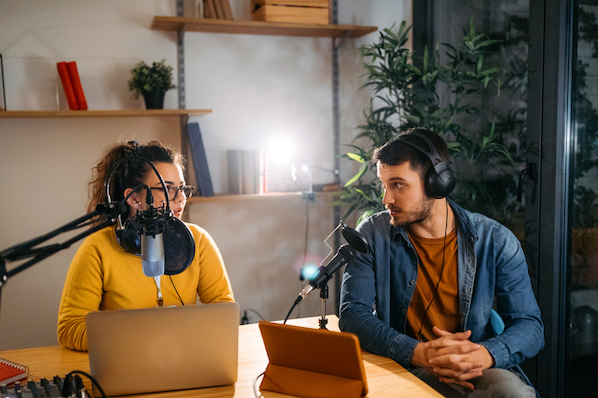 Clubhouse vs. Podcasts: Which Should Marketers Use? [Data + Expert Tips]