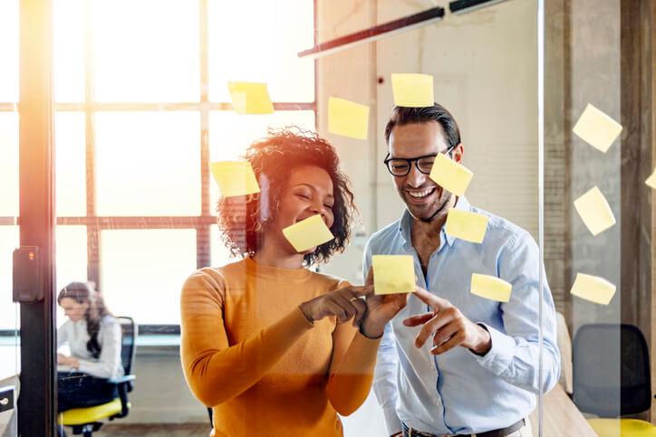 Kollegin-und-Kollege-besprechen-agiles-Projektmanagement
