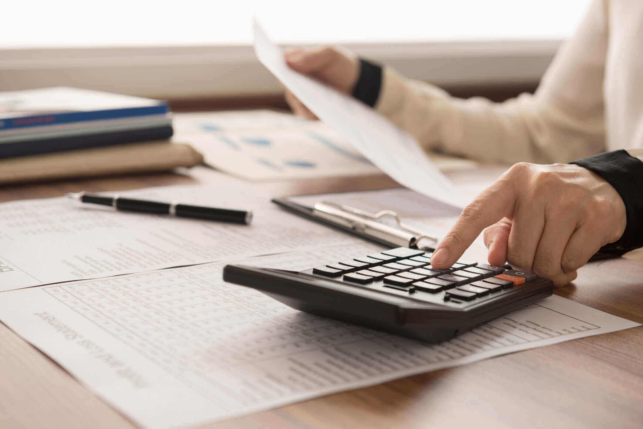 Buchhalterin-bei-der-Amortisationsrechnung