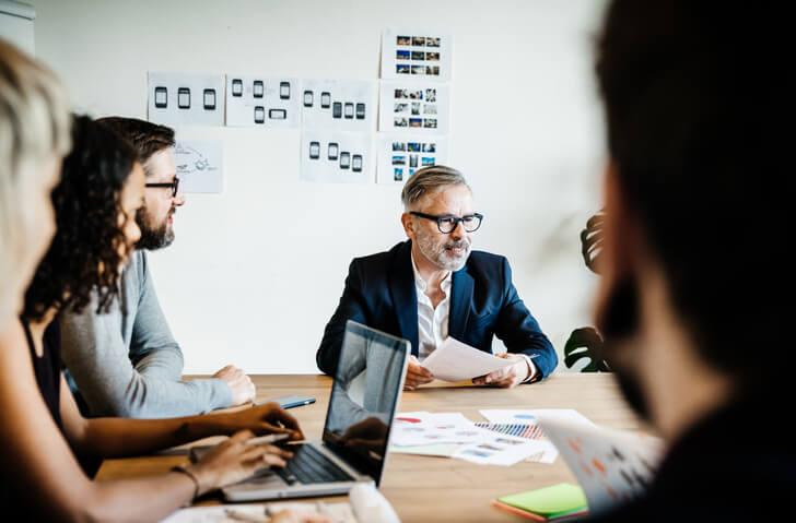 Manager-spricht-mit-Team-über-Betriebsabläufe