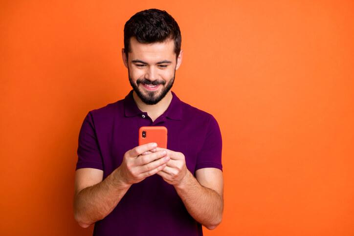 Mann-nutzt-Social-Media-mit-seinem-Smartphone